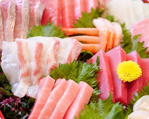 画像:トロ、サーモン、マグロ、タイ、エビなどお刺身が盛り付けられている。