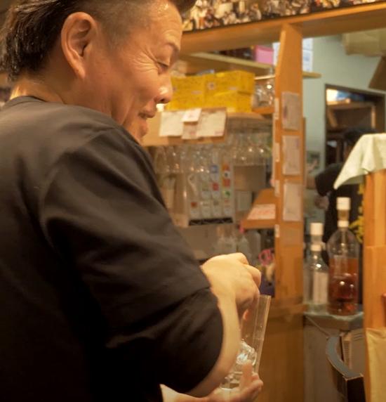 画像:しょうきの店内でグラスの片付けを笑顔でする 株式会社しょうき企画 代表取締役 渡邉 司