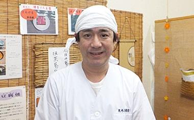 画像:荒木豆腐店の職人さんが、作業着で笑みを浮かべています。