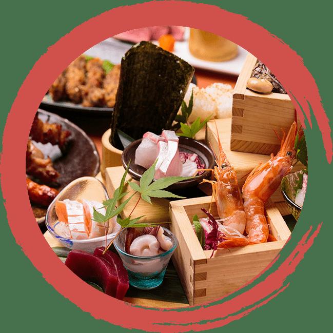 画像:木の小箱に、エビが入っていたり、器にサーモンやカンパチなど海の幸がいっぱい盛り付けられている。