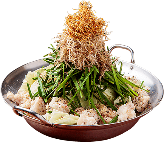 画像: 銀の器に、モツ、キャベツ、ニラ、もやし、ゴボウと高く盛り付けられているモツ鍋。